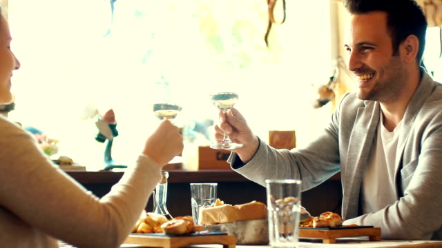 Paar im restaurant.