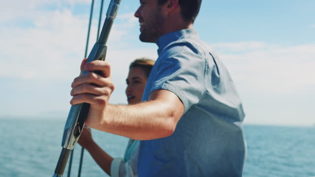 vídeos de stock e filmes b-roll de couple in sailing boat - vela desporto aquático