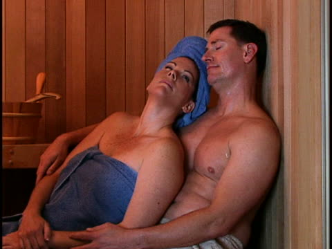stockvideo's en b-roll-footage met couple in sauna - sauna