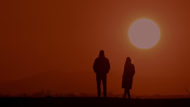 slo mo ws couple in silhouette enjoys a view at sunset - in silhouette stock videos & royalty-free footage