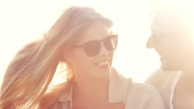 vídeos y material grabado en eventos de stock de pareja en puesta de sol - coquetear