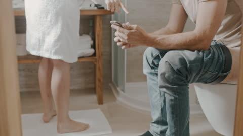 vidéos et rushes de couples de la dans la salle de bains le matin - un jour comme les autres images en série