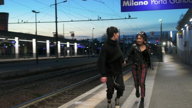 couple in the city - stazione ferroviaria video stock e b–roll