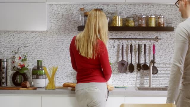 vídeos y material grabado en eventos de stock de par en la cocina - pelo rubio