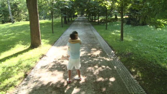 stockvideo's en b-roll-footage met hd crane: couple in the park - crane shot
