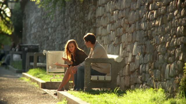 vídeos de stock e filmes b-roll de hd: casal no parque - banco assento