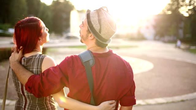 Paar im park, zu Fuß entfernt auf schöner sonniger Tag