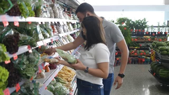 vídeos de stock, filmes e b-roll de casal no supermercado - orgânico