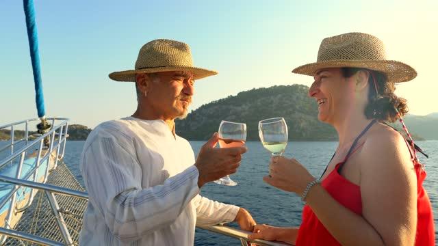 vídeos y material grabado en eventos de stock de una pareja está bebiendo vino y charlando en un yate de lujo. - embarcación de pasajeros
