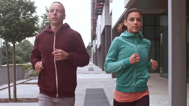 SLO MO TS Couple jogging in the city