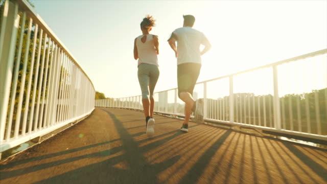 vídeos y material grabado en eventos de stock de pareja corriendo al aire libre. - aerobismo