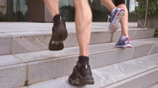 SLO MO TS Casal jogging as escadas