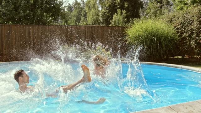 cs カップルのスローモーション、「スプラッシュ」プールに飛び込む - サーフパンツ点の映像素材/bロール