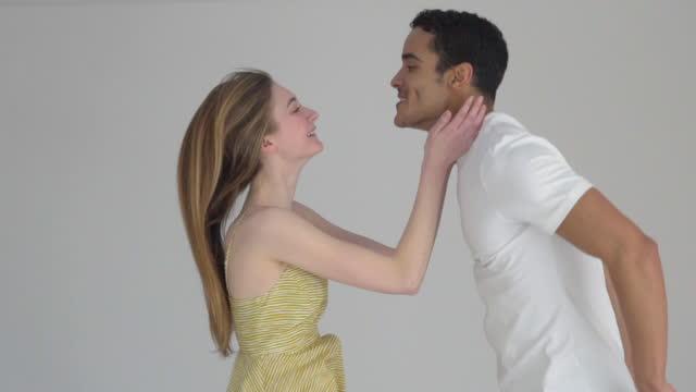 vídeos de stock, filmes e b-roll de couple jumping - sem manga