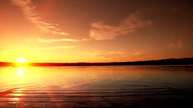 vídeos de stock, filmes e b-roll de dois saltos para o lago. - imaginação