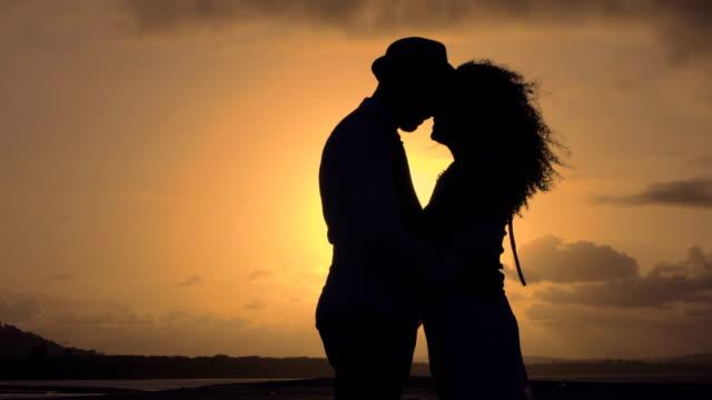 vídeos y material grabado en eventos de stock de pareja besándose al atardecer - coquetear