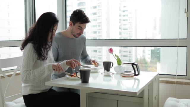 vidéos et rushes de couple s'embrasser pendant le petit déjeuner - embrasser sur la bouche