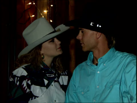 couple kissing in cowboy hats - カウボーイハット点の映像素材/bロール