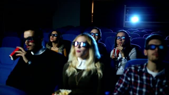 vídeos de stock, filmes e b-roll de casal beijando na boca no cinema - óculos de terceira dimensão