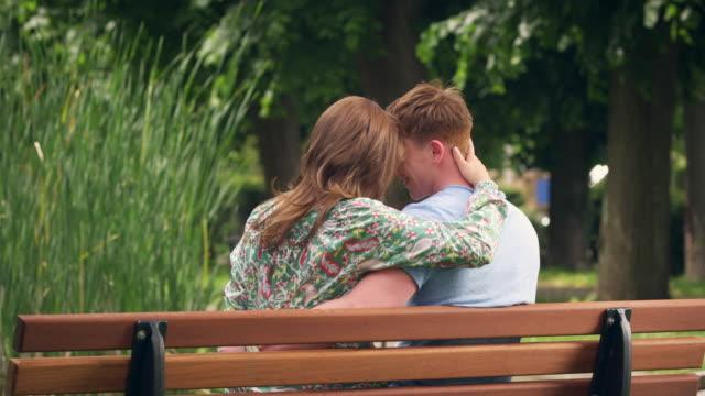Paar Küssen an der Bank