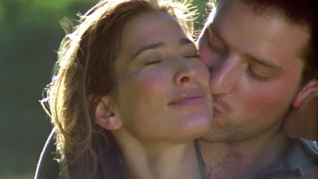 vidéos et rushes de cu, couple kissing outdoors, saint ferme, gironde, france - scène non urbaine