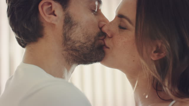 vídeos y material grabado en eventos de stock de pareja besar - pasión