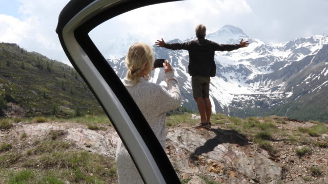 vídeos de stock, filmes e b-roll de couple leave car at mountain viewpoint, look off - cardigan blusa