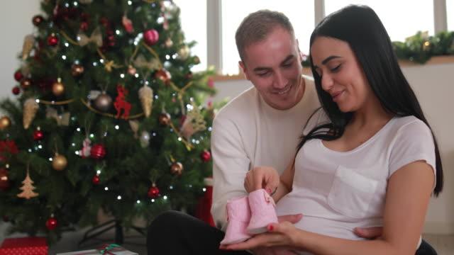 ベビーを見てカップル - 赤ちゃんの靴点の映像素材/bロール
