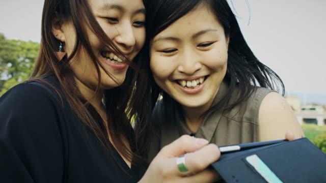 一緒に携帯電話を探しているカップル - 喜び点の映像素材/bロール