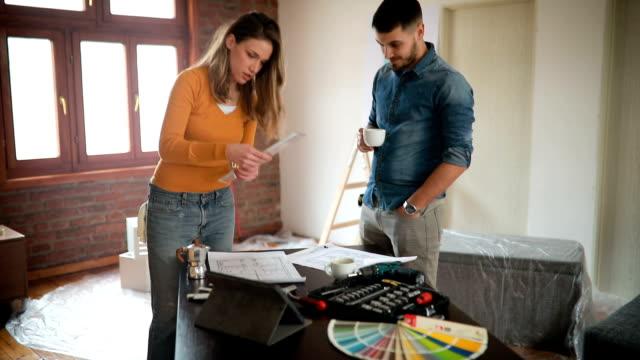 paar auf der suche an sanierungskonzepte in ihrem neuen zuhause - verziert stock-videos und b-roll-filmmaterial