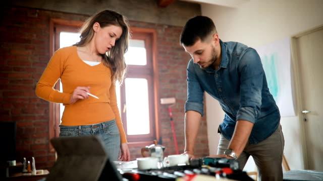 vídeos y material grabado en eventos de stock de pareja en planes de renovación en su nuevo hogar - reforma
