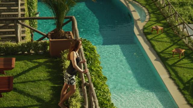 vidéos et rushes de ms ha couple looking at view from balcony / ravello,campania - couple d'âge moyen