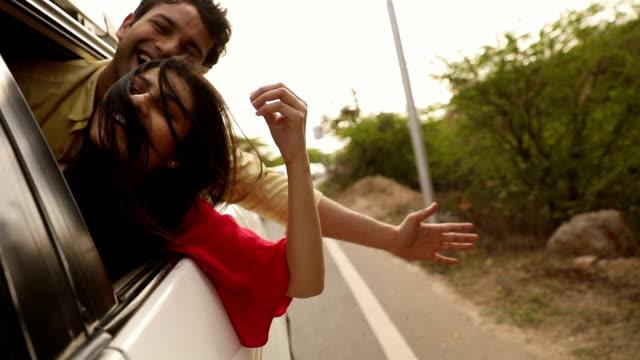 vídeos y material grabado en eventos de stock de couple looking from car window, delhi, india - vehículo terrestre