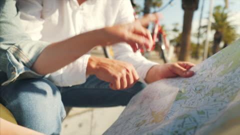 vídeos y material grabado en eventos de stock de pareja mirando el mapa de la ciudad. - dedo