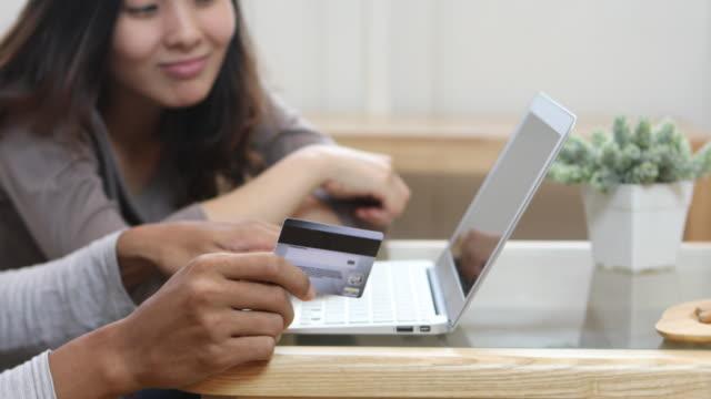 Paar Liebe online-shopping zu Hause