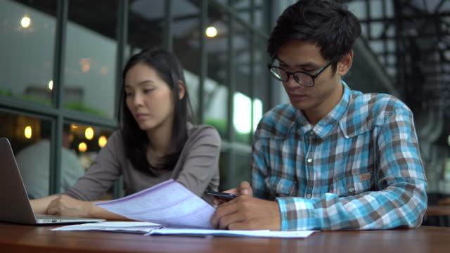 vídeos de stock, filmes e b-roll de casal amo o bill de pagadores - formulário de aplicação