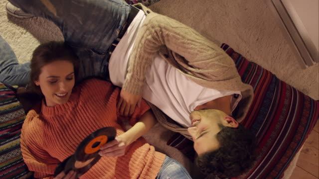 Pärchen auf dem Teppich und Entspannen