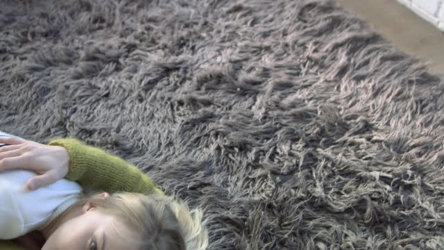 vidéos et rushes de couple lying on rug - tapis