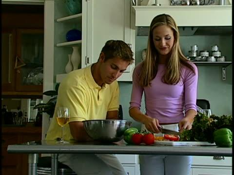 couple making salad - tre fjärdedels längd bildbanksvideor och videomaterial från bakom kulisserna