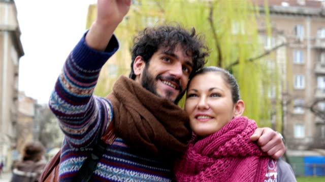 vídeos de stock, filmes e b-roll de casal fazendo selfie - amor à primeira vista