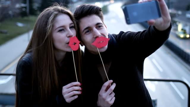 stockvideo's en b-roll-footage met paar maken selfie - kunstmatig