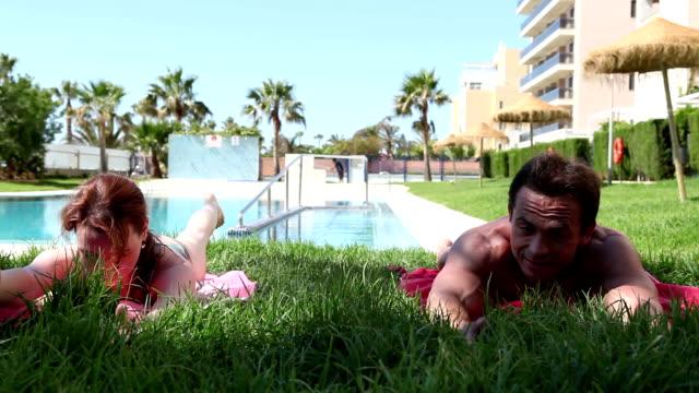 vídeos y material grabado en eventos de stock de pareja haciendo deportes durante los días festivos, ejercite su back muscles - espalda humana