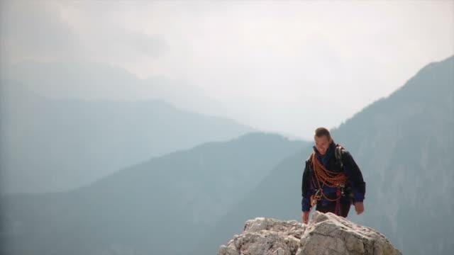 vídeos y material grabado en eventos de stock de hd: pareja montañismo - alta