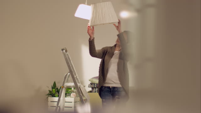 stockvideo's en b-roll-footage met couple moving in to new apartment - decor