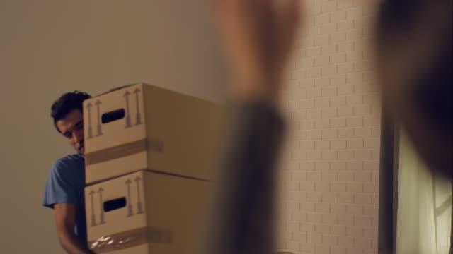 vídeos y material grabado en eventos de stock de pareja caminando en a un nuevo apartamento - reubicación