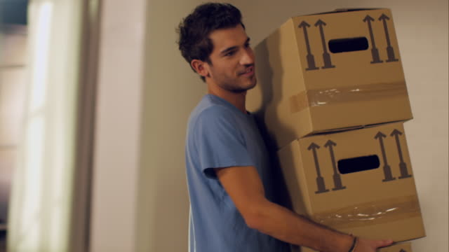 stockvideo's en b-roll-footage met couple moving in to new apartment - kartonnen doos