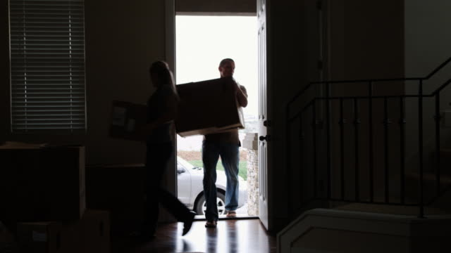 couple moving into a new home - see other clips from this shoot 1418 個影片檔及 b 捲影像