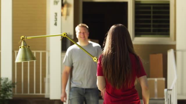 vidéos et rushes de ms couple moving into house / provo, utah, usa - lampe électrique