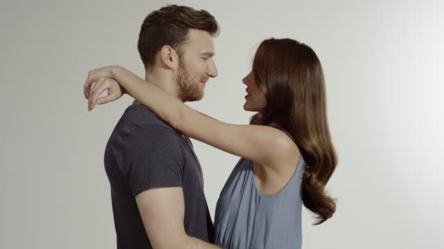 vídeos de stock, filmes e b-roll de couple moving on white background - foto de estúdio