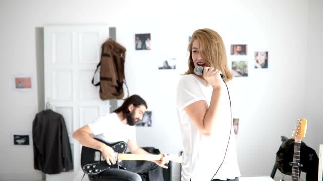 paar-musiker - gitarre stock-videos und b-roll-filmmaterial